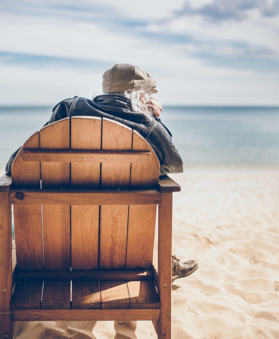 Retraite assis sur la plage